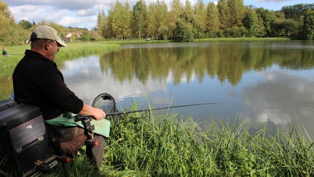 Pêcheur au plan d'eau du Vivier
