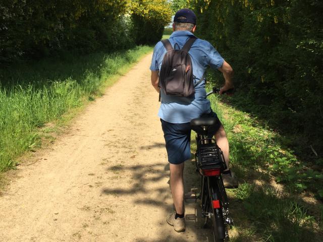 Vélo électrique et cycliste sur la voie verte