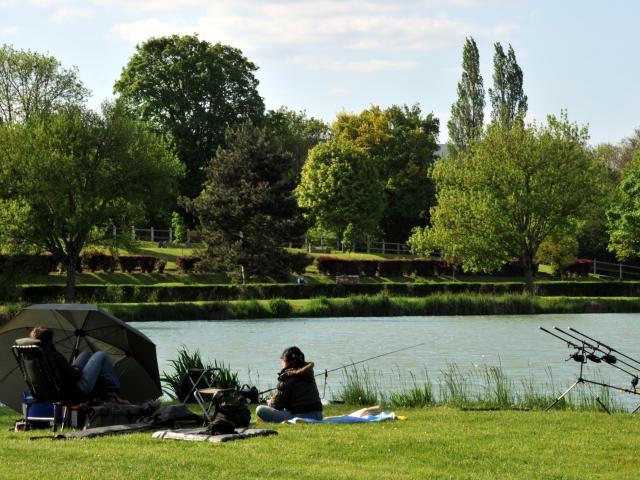 Plan d'eau et pêcheurs - Mamers